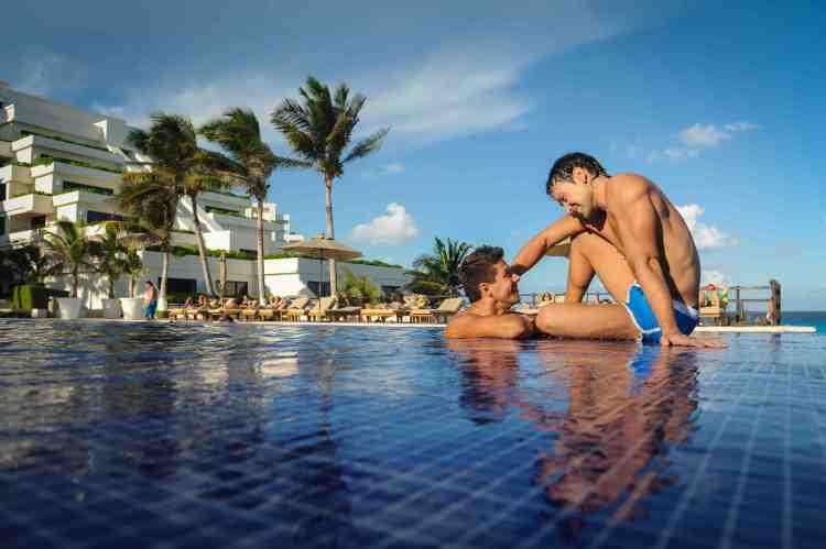 Oasis Sens 4 gays at pool
